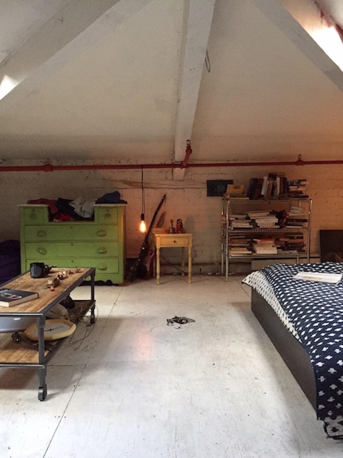 11人のアーティストが暮らす、ニューヨーク・ブルックリンのレトロなアパートメントの寝室