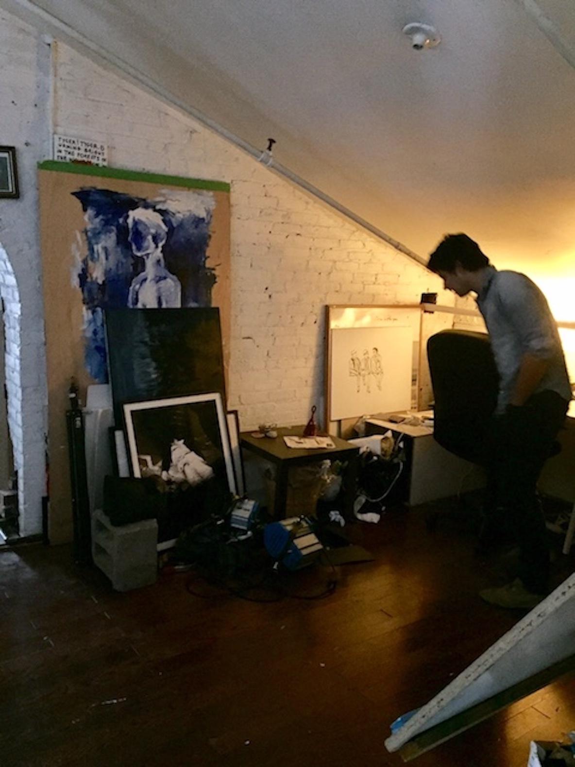 11人のアーティストが暮らす、ニューヨーク・ブルックリンのアトリエで暮らすイケメン
