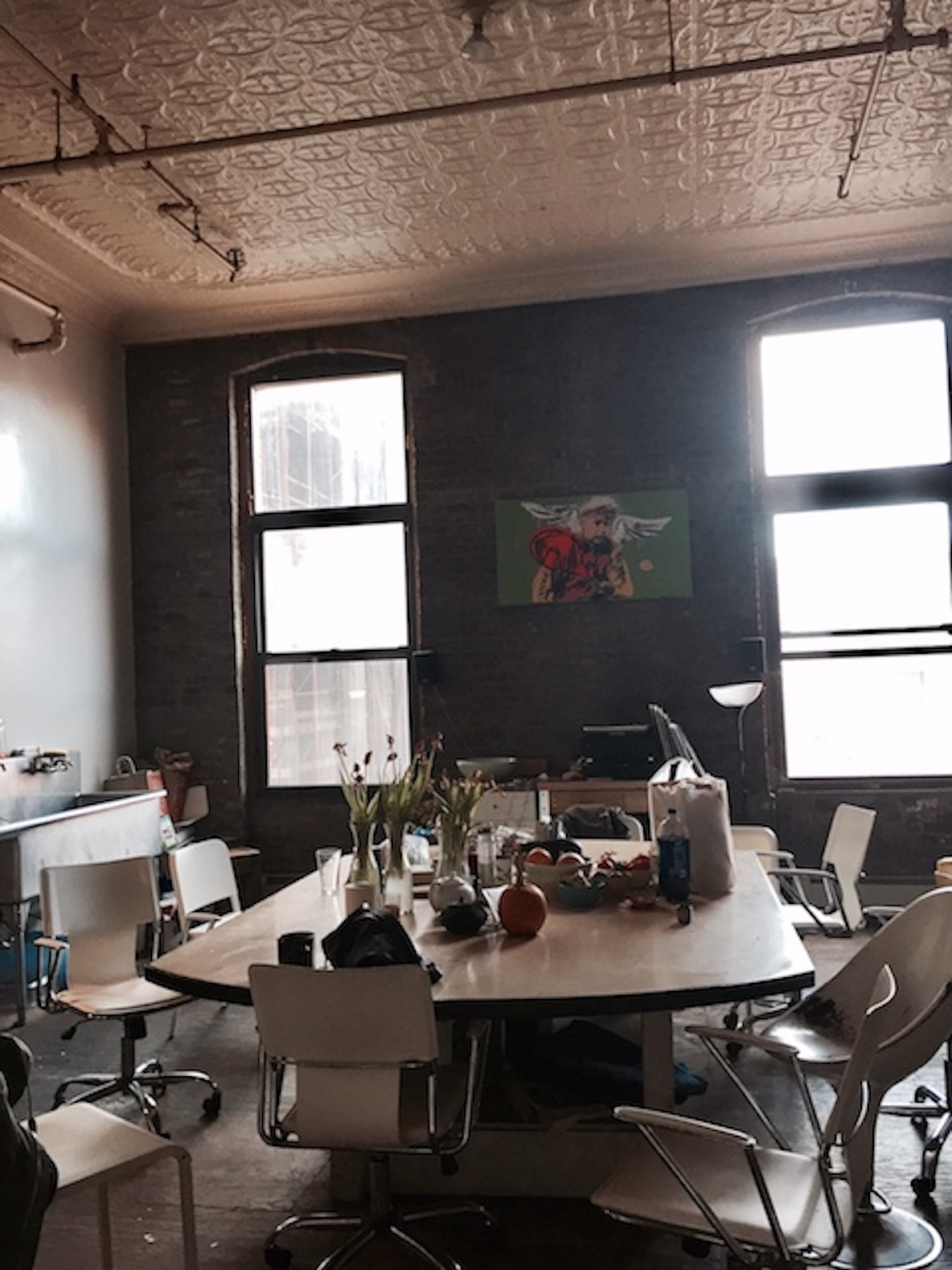 11人のアーティストが暮らす、ニューヨーク・ブルックリンのレトロなアパートメントのキッチン