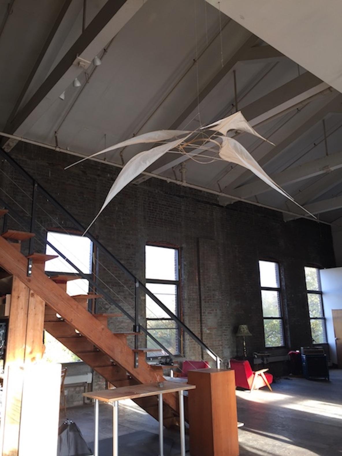 11人のアーティストが暮らす、ニューヨーク・ブルックリンのレトロなアパートメントのリビングはレンガ造り