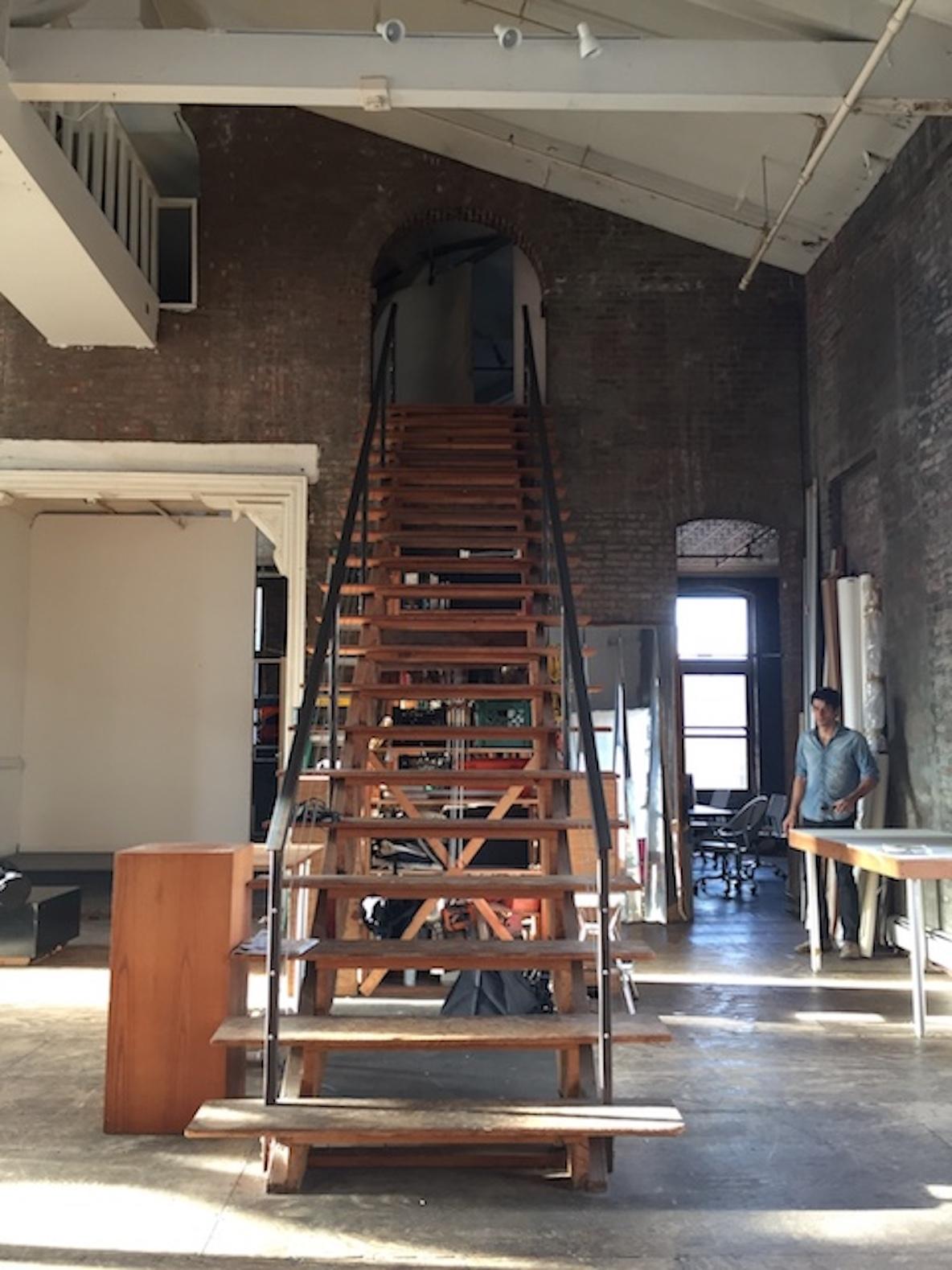 11人のアーティストが暮らす、ニューヨーク・ブルックリンのレトロなアパートメントにある大階段