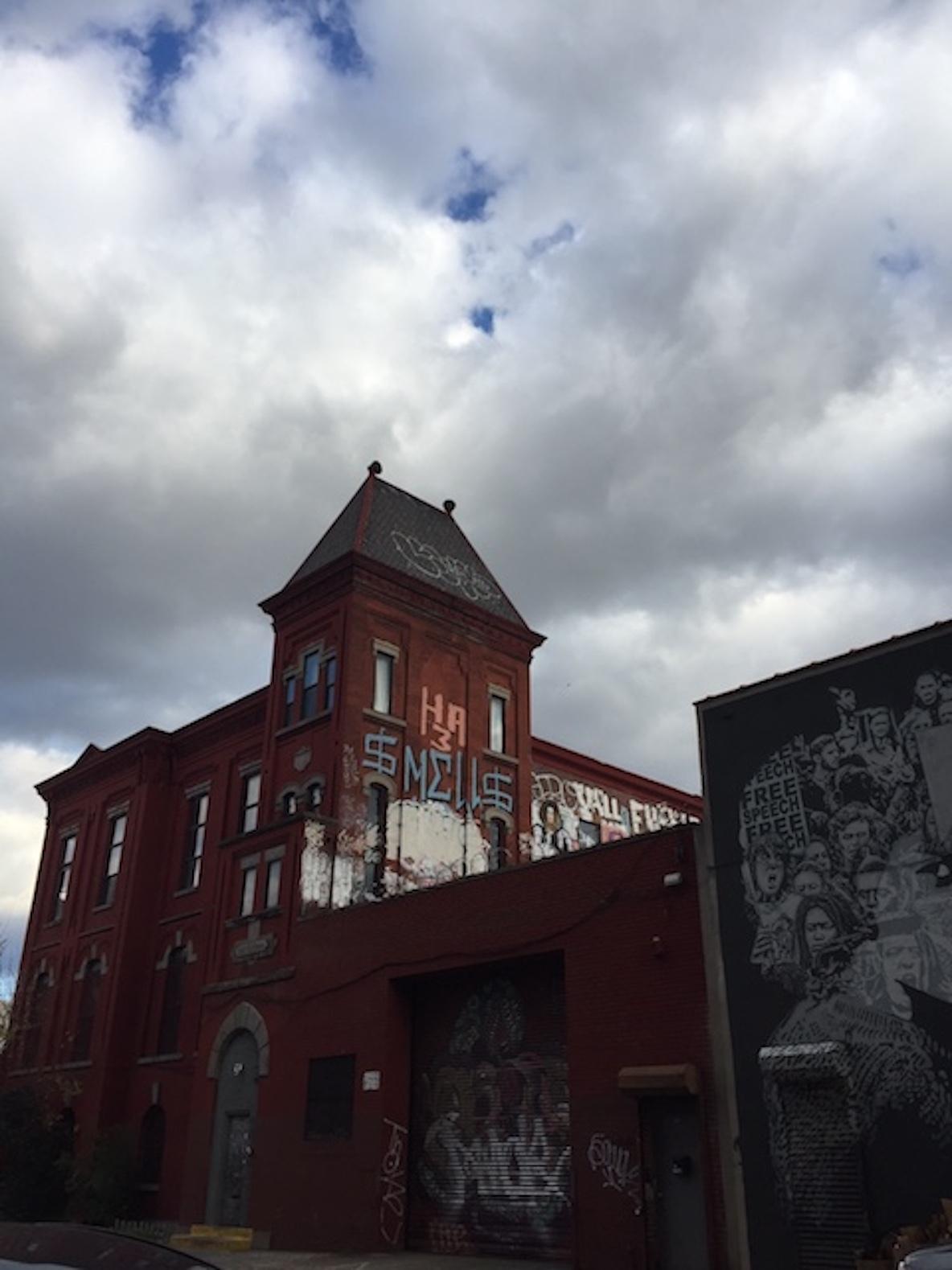 11人のアーティストが暮らす、ニューヨーク・ブルックリンのレトロなレンガ造りのアパートメント