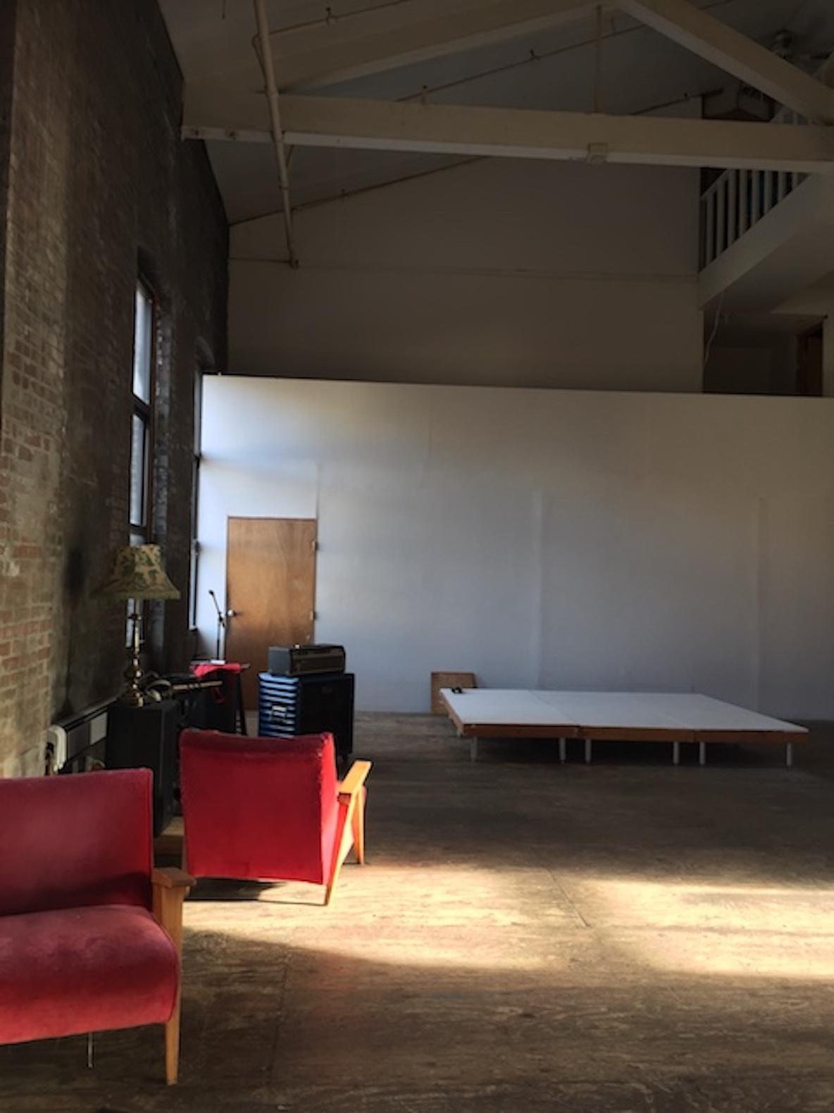 11人のアーティストが暮らす、ニューヨーク・ブルックリンのアートの広いリビング