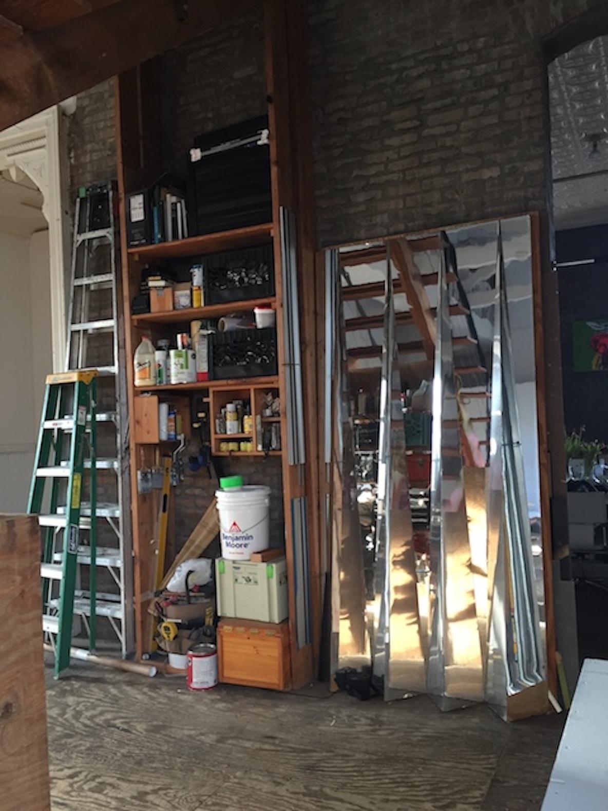 11人のアーティストが暮らす、ニューヨーク・ブルックリンのレトロなアパートメントをアトリエにする