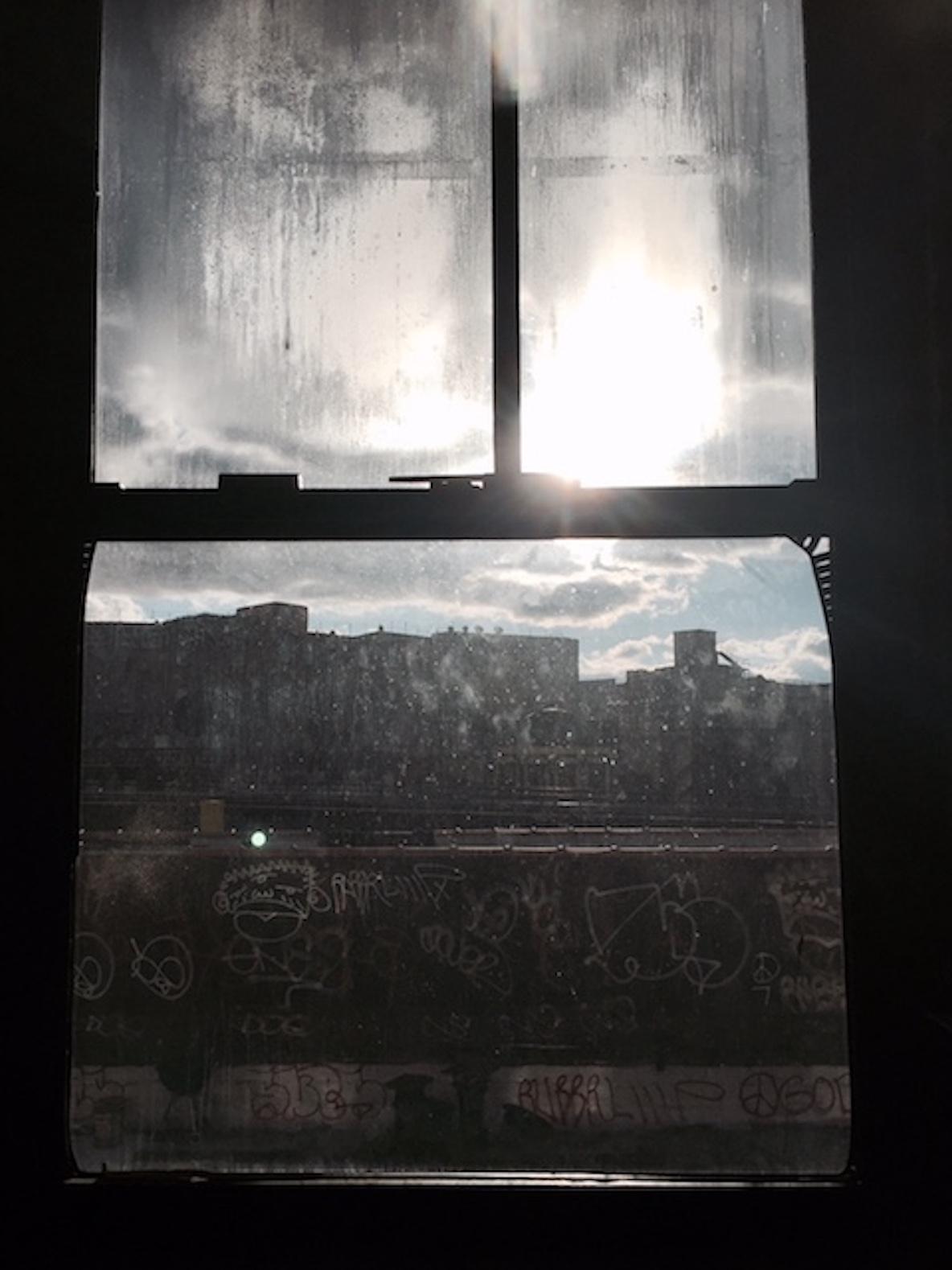 11人のアーティストが暮らす、ニューヨーク・ブルックリンのレトロなアパートメントからメトロが見える景色