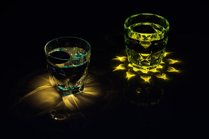「floating light」は、その名の通り浮いている光だ。水を張ったグラスにポチャンと落としてつかうのだが、<strong>外側がコルク</strong>のため、沈まず水面に浮いてくれる。プカプカとした揺らめきが、キャンドルのそれのようで癒される。3&#8243; width=&#8221;734&#8243; height=&#8221;489&#8243; class=&#8221;alignnone size-full wp-image-368005&#8243; /></p> <p>ワイングラスやウイスキーグラスなど、カットがキレイなグラスで光の放ち方を楽しんでもいい。<strong>グラスによって放たれる光の表情がガラッと変わる</strong>ので、ついついいろんなグラスで試したくなってしまいそうだ。</p> <p><img src=