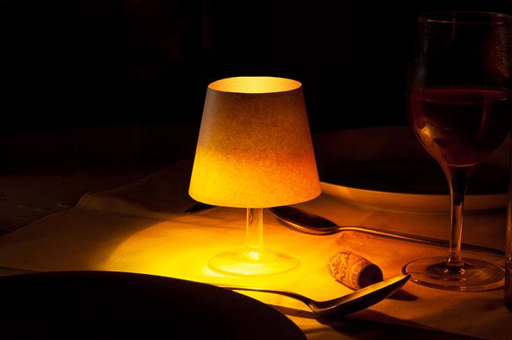 「floating light」は、その名の通り浮いている光だ。水を張ったグラスにポチャンと落としてつかうのだが、外側がコルクのため、沈まず水面に浮いてくれる。プカプカとした揺らめきが、キャンドルのそれのようで癒される。2