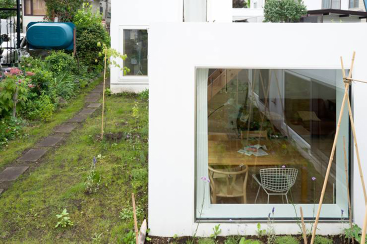 HIROSHI KUNO + ASSOCIATES(久野浩志建築設計事務所)による『KUMAGAI HOUSE』の紹介。高度経済成長期からバブル期にかけて増えたベッドタウンに建つ、低層平屋と高い棟を組み合わせた住宅で、開放的で明るい家ができた。3