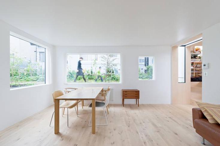 HIROSHI KUNO + ASSOCIATES(久野浩志建築設計事務所)による『KUMAGAI HOUSE』の紹介。高度経済成長期からバブル期にかけて増えたベッドタウンに建つ、低層平屋と高い棟を組み合わせた住宅で、開放的で明るい家ができた。4