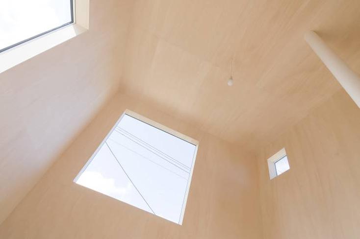 HIROSHI KUNO + ASSOCIATES(久野浩志建築設計事務所)による『KUMAGAI HOUSE』の紹介。高度経済成長期からバブル期にかけて増えたベッドタウンに建つ、低層平屋と高い棟を組み合わせた住宅で、開放的で明るい家ができた。6
