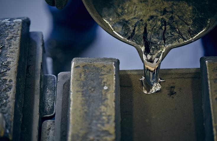 高岡の地に400年伝わる鋳造技術。伝統的な「砂型」での金属鋳物作りを体験します。