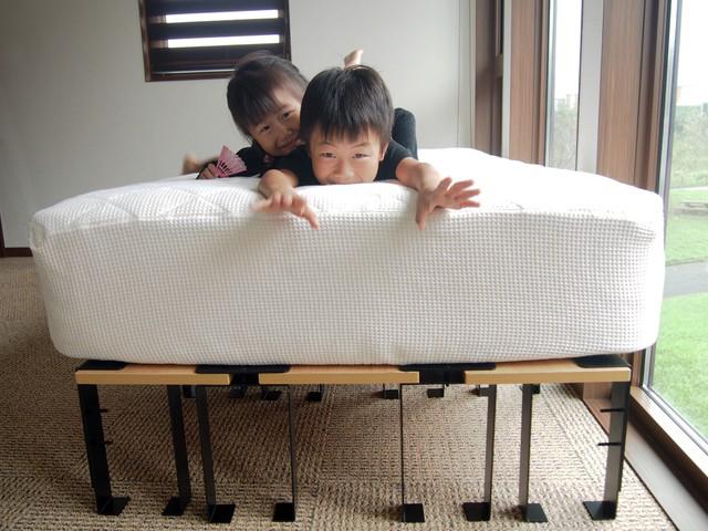 smoothie,LLCによる、簡単DIYができる「noashi」は、グリップ式のアイアン家具の脚。8種類の中からテーブルやベンチなど目的にかなった家具が作れる。引越しが多い人など、それぞれのライフスタイルに合わせて使用できるのが便利。高さ調節ボルトも付いている。7