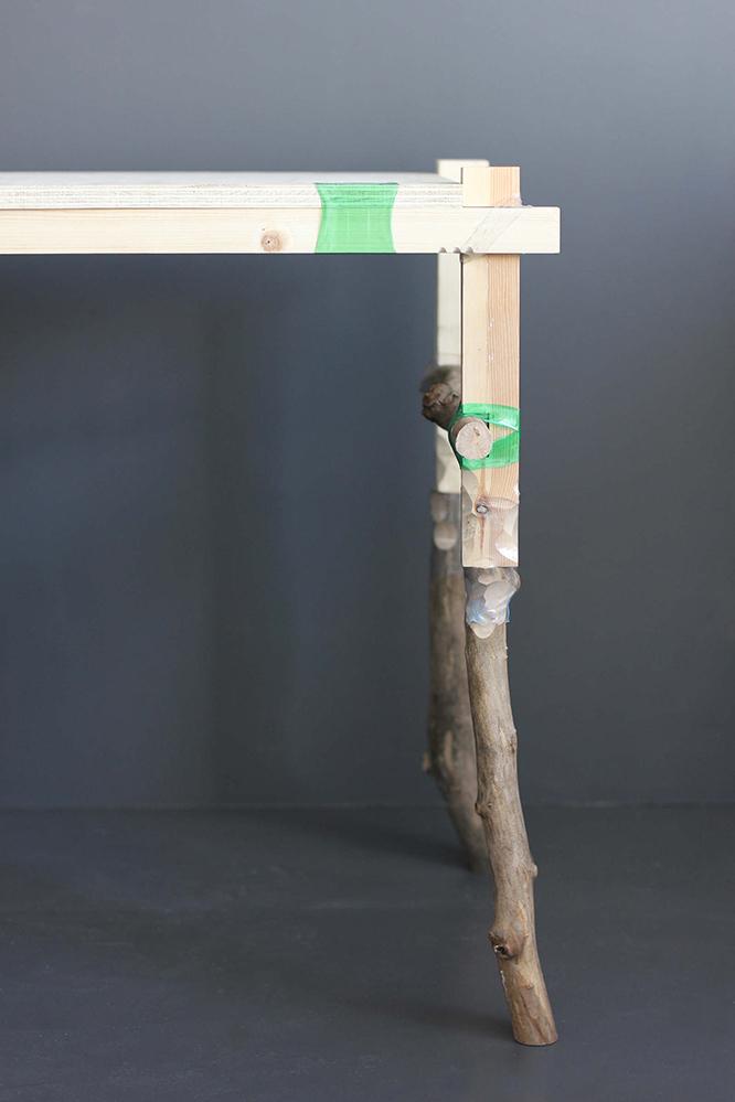 DIYに使用できる、ロンドン在住のデザイナーMicaella Pedrosさんが発表した画期的なテクニックをご紹介。ペットボトルを輪切りに切断して、木材にはめる。そしてヒートガンで熱する。そうすると少しずつ収縮して、段々と木材に密着する。