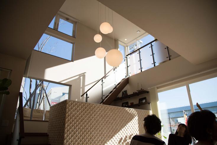 まず驚いたのが広々とした空間だ。1階にあるダイニングキッチンとリビングに仕切りはなく、天井がとにかく高い。この空間を可能にしているのが、テクノストラクチャー最大の特徴である木と鉄を組み合わせ、強度を高めたハイブリッドな梁(はり)「テクノビーム」だ。