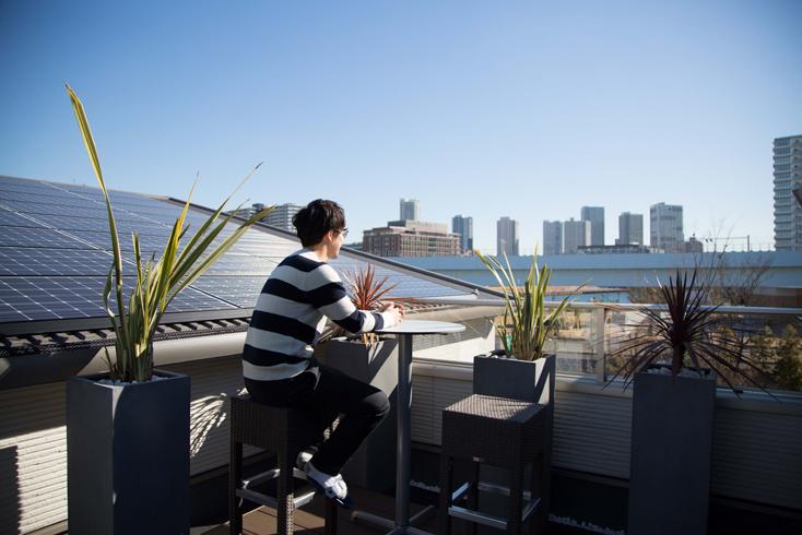 テクノストラクチャーの家では、太陽光パネルを用いてエネルギーを「創る」ことも可能だ。太陽光発電でつくった電気を使うのが一般的だが、その発電量でまかなえない電気は、電力会社から購入することになる。