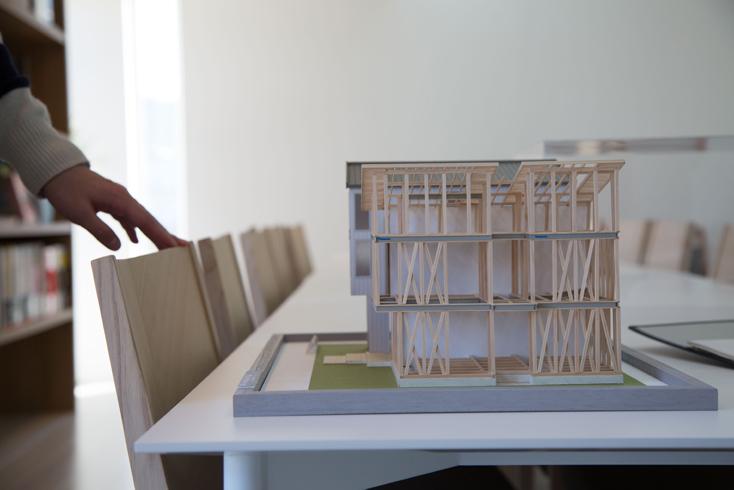 木造住宅の最大のメリットは、自由に設計ができるという点だ。本来、家は土地の大きさや形状、住まう地域やライフスタイル、家族構成に合わせて一棟一棟異なるべきものである。テクノストラクチャーの家は、それぞれ間取りの異なる注文住宅だからこそ、木造でも構造計算が必要と考え、発売以来、全ての住宅一棟ごとに構造計算を実施しているというわけだ。