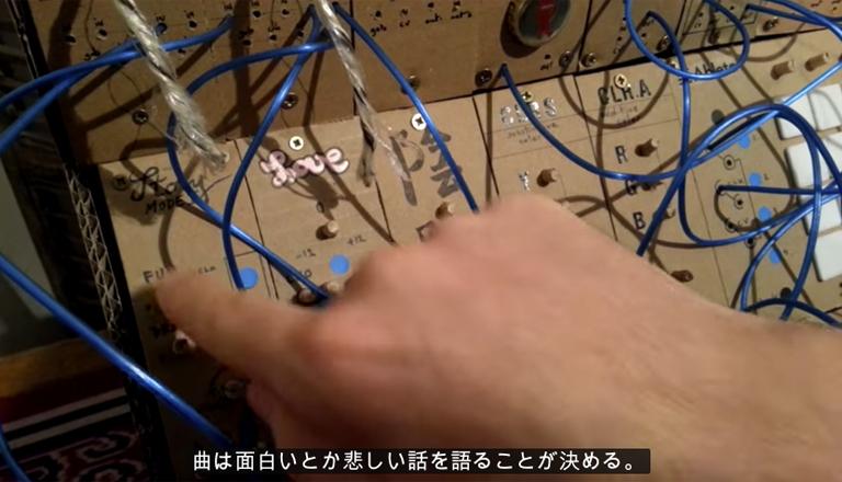 フランス出身のエレクトロアーティストのAXL OTLさんが、段ボールで作った自作モジュラーシンセを自身のYouTubeチャンネルにて紹介しています。しかも丁寧な日本語解説付き。