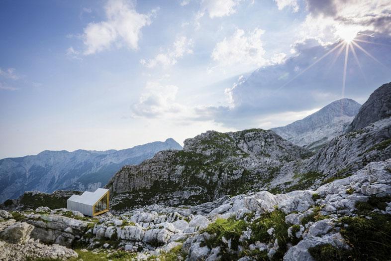 ゴツゴツとしたアルプスの岩肌に建つ直線的なデザインの山小屋「Alpine Shelter Skuta」。ミスマッチ感が印象的だが、Core77 Design Awards 2016にも入賞したすごいやつ。1