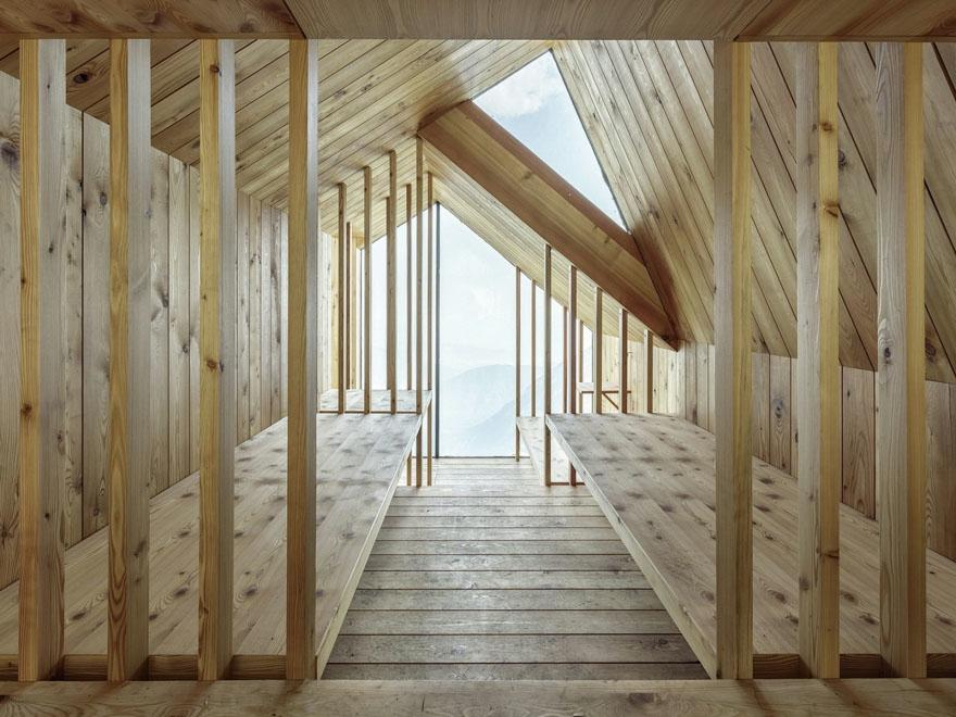 ゴツゴツとしたアルプスの岩肌に建つ直線的なデザインの山小屋「Alpine Shelter Skuta」。ミスマッチ感が印象的だが、Core77 Design Awards 2016にも入賞したすごいやつ。2