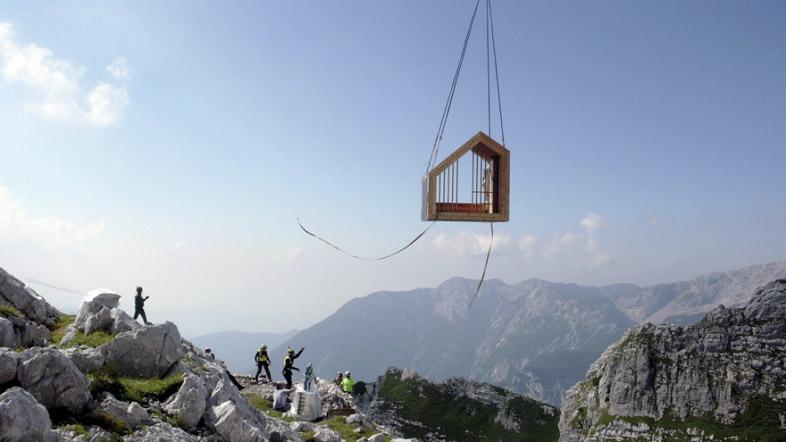 ゴツゴツとしたアルプスの岩肌に建つ直線的なデザインの山小屋「Alpine Shelter Skuta」。ミスマッチ感が印象的だが、Core77 Design Awards 2016にも入賞したすごいやつ。4