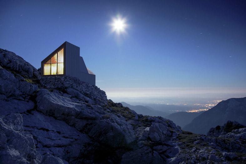 ゴツゴツとしたアルプスの岩肌に建つ直線的なデザインの山小屋「Alpine Shelter Skuta」。ミスマッチ感が印象的だが、Core77 Design Awards 2016にも入賞したすごいやつ。5