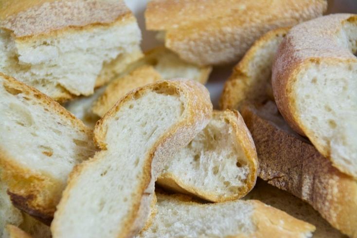 お正月の和食にあきてきた頃に簡単に作れるドイツ、オーストラリアで食べられているカツレツ「シュニッツェル」のレシピ。レモンの酸味がさらに食欲を倍増させてくれる料理だ。でき上がったシュニッツェルを皿に盛り付けてスライスしたレモン、お好みでパセリを散らす。