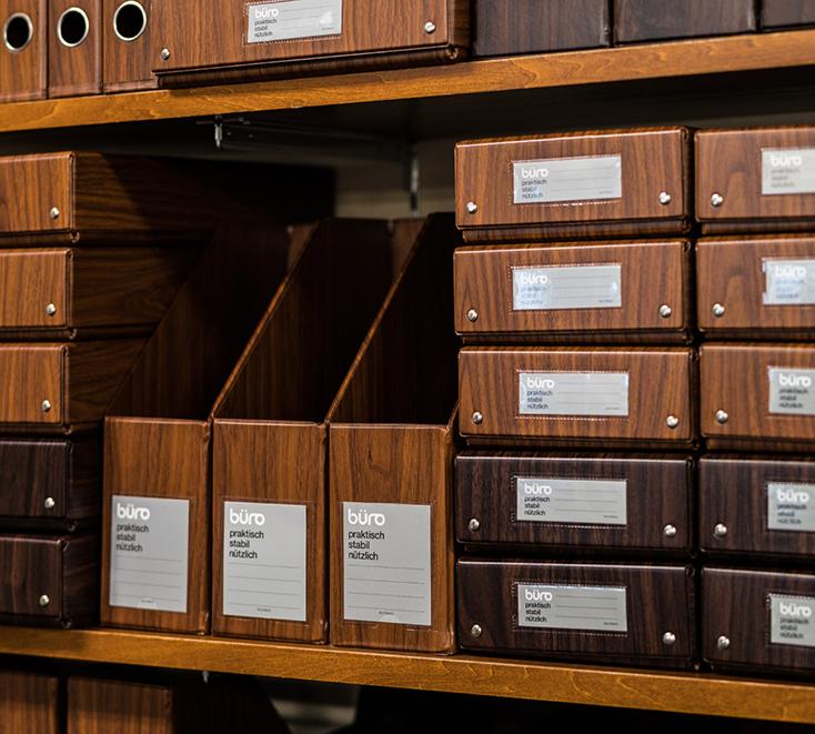 DELFONICSの人気ファイルボックス「büro」から、木目調の新作WOOD SERIESが発売。収納と整理を楽しむというコンセプトのもと、デスク周りを中心としたオフィスシーンに特化したシリーズ。ウォールナット材をモチーフにした、リアリティのある美しい木目が魅力だ。1