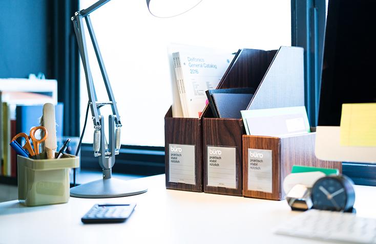 DELFONICSの人気ファイルボックス「büro」から、木目調の新作WOOD SERIESが発売。収納と整理を楽しむというコンセプトのもと、デスク周りを中心としたオフィスシーンに特化したシリーズ。ウォールナット材をモチーフにした、リアリティのある美しい木目が魅力だ。2