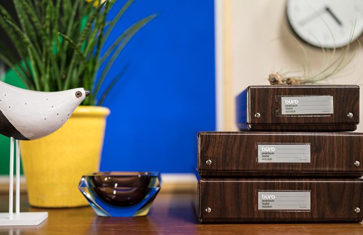DELFONICSの人気ファイルボックス「büro」から、木目調の新作WOOD SERIESが発売。収納と整理を楽しむというコンセプトのもと、デスク周りを中心としたオフィスシーンに特化したシリーズ。ウォールナット材をモチーフにした、リアリティのある美しい木目が魅力だ。4