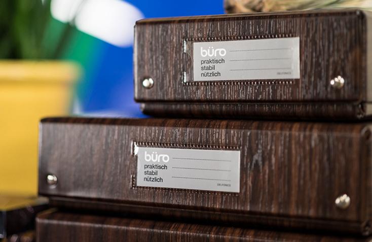 DELFONICSの人気ファイルボックス「büro」から、木目調の新作WOOD SERIESが発売。収納と整理を楽しむというコンセプトのもと、デスク周りを中心としたオフィスシーンに特化したシリーズ。ウォールナット材をモチーフにした、リアリティのある美しい木目が魅力だ。5