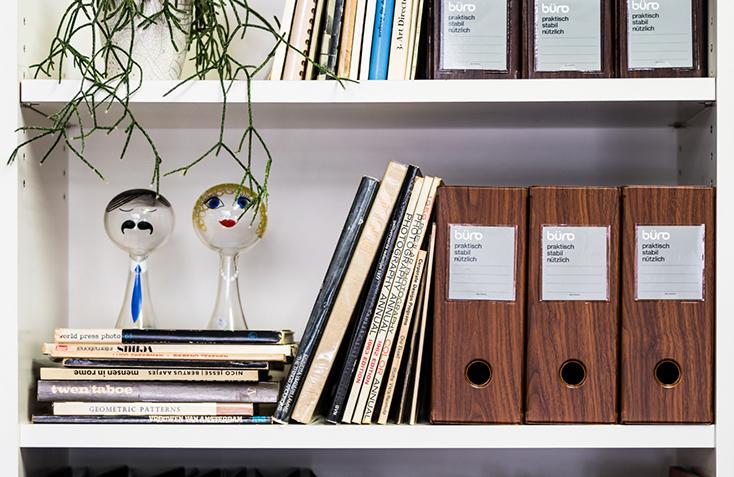 DELFONICSの人気ファイルボックス「büro」から、木目調の新作WOOD SERIESが発売。収納と整理を楽しむというコンセプトのもと、デスク周りを中心としたオフィスシーンに特化したシリーズ。ウォールナット材をモチーフにした、リアリティのある美しい木目が魅力だ。6