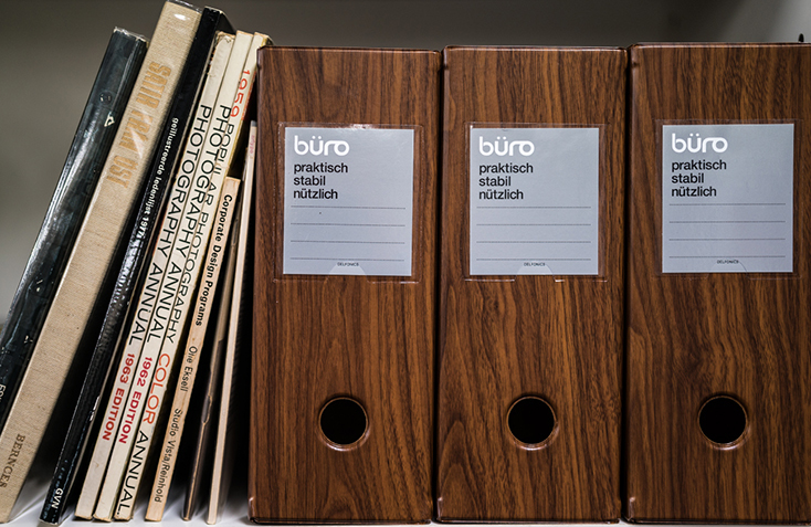 DELFONICSの人気ファイルボックス「büro」から、木目調の新作WOOD SERIESが発売。収納と整理を楽しむというコンセプトのもと、デスク周りを中心としたオフィスシーンに特化したシリーズ。ウォールナット材をモチーフにした、リアリティのある美しい木目が魅力だ。7