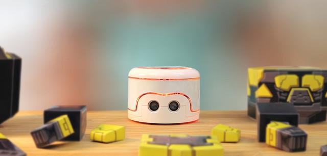 子どもが楽しみながらプログラミングを学ぶことができるペーパークラフトロボット「Kamibot」の紹介。6〜12歳の子どもが対象で、専用アプリでロボットを操作できるだけでなく、各種動作を自分でプログラミングもできる。1