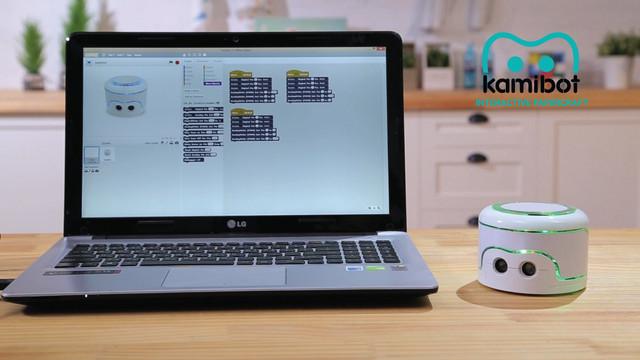 子どもが楽しみながらプログラミングを学ぶことができるペーパークラフトロボット「Kamibot」の紹介。6〜12歳の子どもが対象で、専用アプリでロボットを操作できるだけでなく、各種動作を自分でプログラミングもできる。2