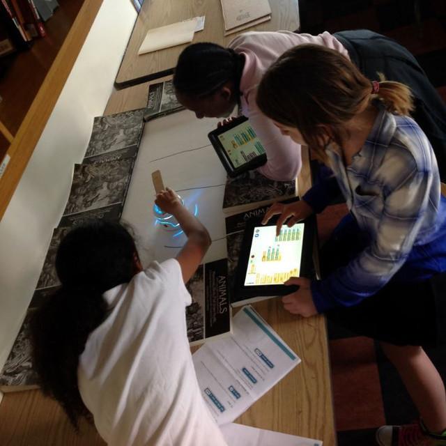 子どもが楽しみながらプログラミングを学ぶことができるペーパークラフトロボット「Kamibot」の紹介。6〜12歳の子どもが対象で、専用アプリでロボットを操作できるだけでなく、各種動作を自分でプログラミングもできる。5