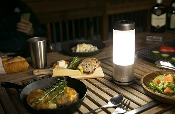 アウトドアにマストな音楽、灯り、ドリンクを1つで実現するオールインワンスピーカー「PLAYFUL BASE LANTERN SPEAKE RBOTTLE.」。1台でBluetoothスピーカー、LEDランタン、LEDライト(懐中電灯)、モバイルバッテリー(別売りオプション使用時)、ドリンクボトルになる。3