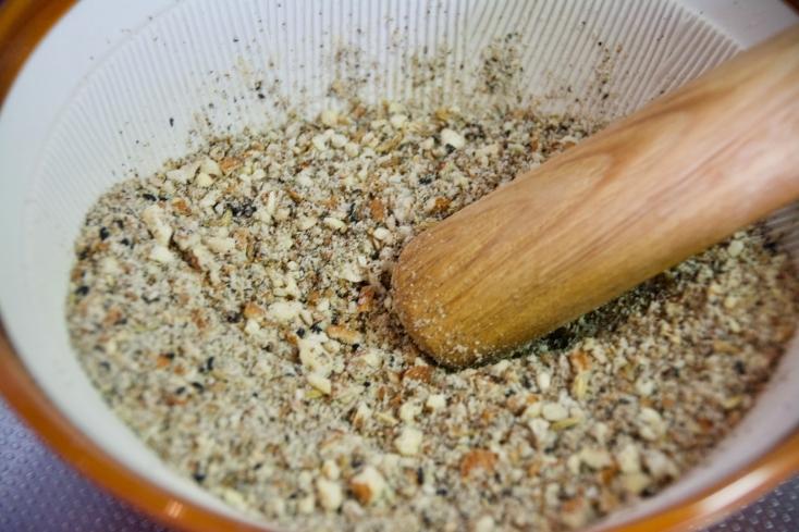 パンやサラダに合うエジプトの調味料「デュカ」の簡単レシピ。パンにオリーブオイルをつけ、さらにデュカをつけて食べるとスパイスの風味がパンのおいしさをひきたてる。サラダや肉料理にかけてもおいしく、色々な料理におためしいただける。
