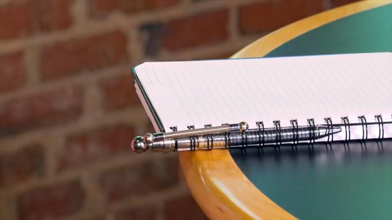 「Think Ink Pens」というチタン鋼でできたおもちゃ……ではなくボールペンの紹介。考え事をしている時の手指を遊ばせておく何かが欲しいと思っていた方にオススメの、無限に手遊びができるペンだ。5