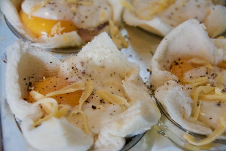 フランスのカフェで食べれる「クロック・ムッシュ」に卵を乗せて焼く、「クロック・マダム」をマフィン型で焼き上げる「クロック・マダム・マフィン」のレシピ。スナックとしてもサラダなどを添えて贅沢な週末の朝食としてもオススメ。8