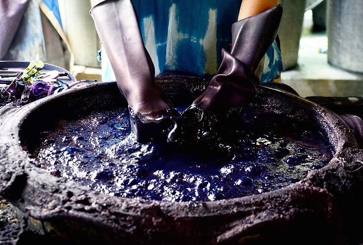 Campfireでクラウドファンディングに成功し、徳島の藍染めと大阪・堺の刃物職人がコラボレーションしてできた「藍包丁」の紹介。2つの技術が掛け合わさることで、腐りづらいヒバと抗菌効果があるとされる藍染めで衛生的な柄を持ち、切れ味抜群の「藍包丁」が誕生した。