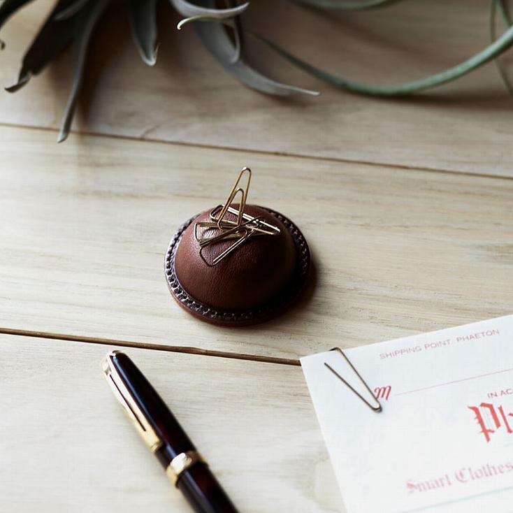 土屋鞄の手仕事が素晴らしいバレンタイン限定ギフト「Choco leathert BOX」。高級ショコラをイメージした専用ボックスを開けると、マグネット式クリップホルダー、マウスパッド、コードホルダーと、オフィスや家で大切に使いたくなる、チャーミングな革製品が収まっている。2