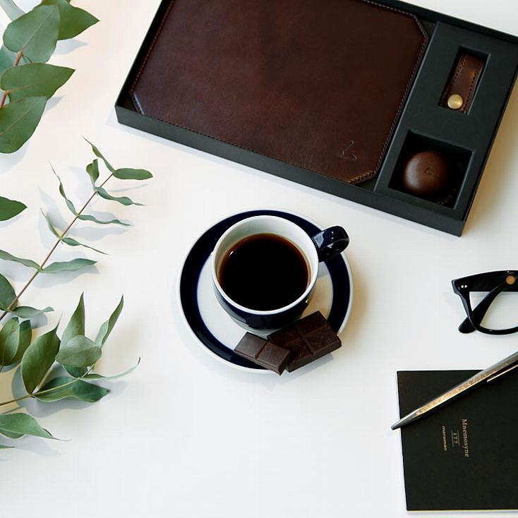 土屋鞄の手仕事が素晴らしいバレンタイン限定ギフト「Choco leathert BOX」。高級ショコラをイメージした専用ボックスを開けると、マグネット式クリップホルダー、マウスパッド、コードホルダーと、オフィスや家で大切に使いたくなる、チャーミングな革製品が収まっている。6