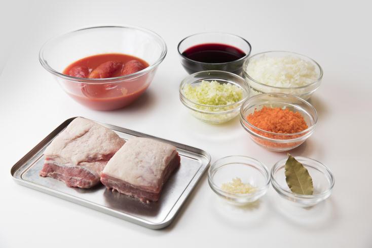 食メディア・FOODIEから、伊勢丹新宿店キッチンステージの柬理(かんり)シェフによる、肉好きには堪らないボロネーゼレシピを紹介する。かたまり肉をカットせず、全体に焼き色をつけてから煮込むのがポイント。こうすることでジューシーな肉汁を閉じ込めることができる。1