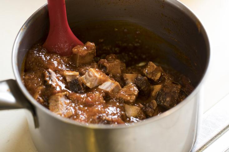 食メディア・FOODIEから、伊勢丹新宿店キッチンステージの柬理(かんり)シェフによる、肉好きには堪らないボロネーゼレシピを紹介する。かたまり肉をカットせず、全体に焼き色をつけてから煮込むのがポイント。こうすることでジューシーな肉汁を閉じ込めることができる。8