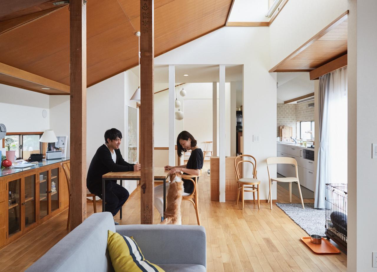 人気連載「みんなの部屋」より。フォトグラファーの後藤武浩さんと編集者の土屋綾子さん、そして7か月前に家族になったばかりの犬のクーシーが暮らす築33年の一軒家にお邪魔した。リノベーションで壁を取り除き、解放的な空間を実現したお二人。その暮らしぶりはどんなものなのだろうか?