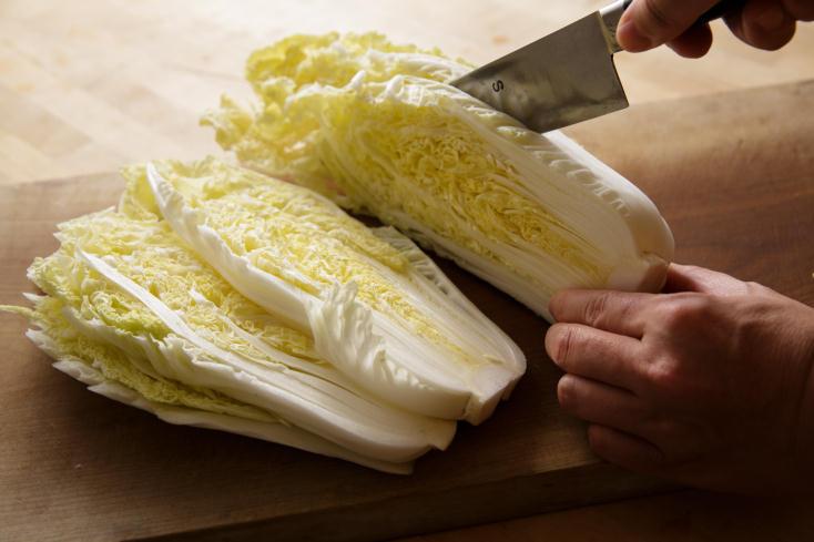 白菜の甘みをもっと引き出す調理法を、料理研究家のタカハシユキさんに教えていただいた。じっくり煮て、白菜をメインのおかずにする「白菜のとろとろ煮込みは、白菜は低温の油でじっくりと煮るように揚げることで、水分が飛んで甘さがギュッと濃縮される。2