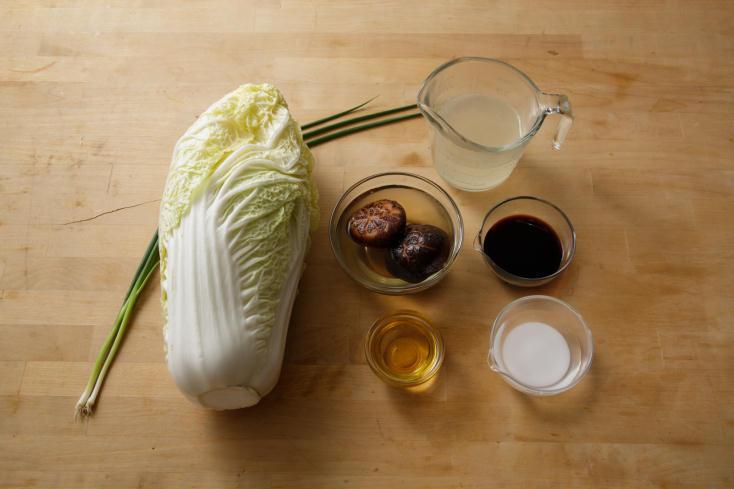 白菜の甘みをもっと引き出す調理法を、料理研究家のタカハシユキさんに教えていただいた。じっくり煮て、白菜をメインのおかずにする「白菜のとろとろ煮込みは、白菜は低温の油でじっくりと煮るように揚げることで、水分が飛んで甘さがギュッと濃縮される。3