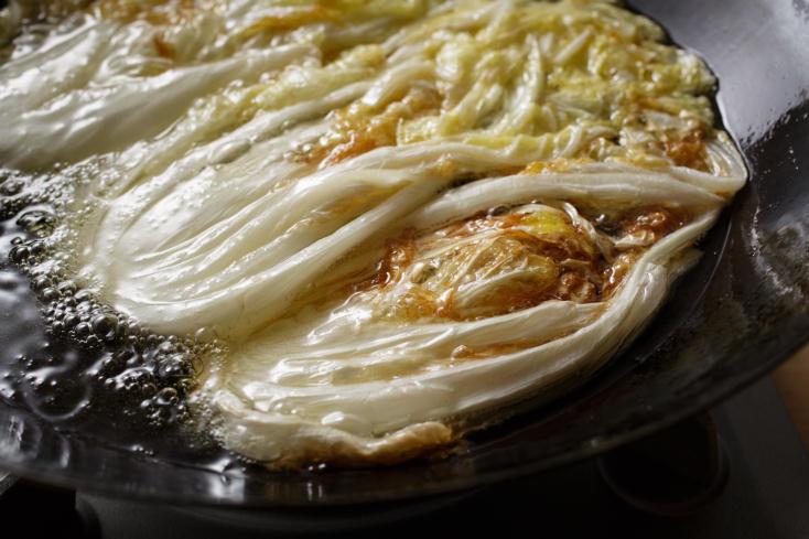白菜の甘みをもっと引き出す調理法を、料理研究家のタカハシユキさんに教えていただいた。じっくり煮て、白菜をメインのおかずにする「白菜のとろとろ煮込みは、白菜は低温の油でじっくりと煮るように揚げることで、水分が飛んで甘さがギュッと濃縮される。4