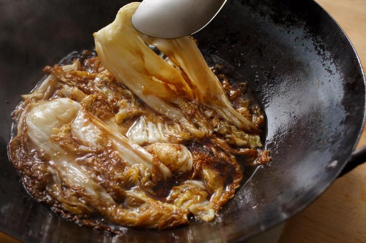 白菜の甘みをもっと引き出す調理法を、料理研究家のタカハシユキさんに教えていただいた。じっくり煮て、白菜をメインのおかずにする「白菜のとろとろ煮込みは、白菜は低温の油でじっくりと煮るように揚げることで、水分が飛んで甘さがギュッと濃縮される。5
