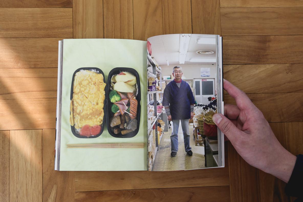 """新刊書『おべんとうの人』は、全日空空輸(ANA)の機内誌『翼の王国』の連載「おべんとうの時間」でも知られる写真家の阿部了さんが、NHK総合テレビジョンの人気番組「サラメシ」のコーナー「お弁当を見にいく」の取材で出会った日本全国25名の""""おべんとうの人""""を、お弁当とともにある働く日常の風景ごと採り上げている。2"""